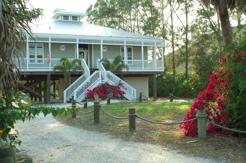 Beautiful Barrier Island Beach House with Pool, Spa and Dock - Walk 2 Beach!, alquiler vacacional en Cape Haze