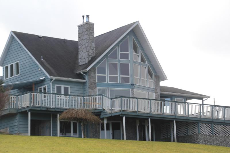 Azure Blue Beach House ~*~ Near By Telegraph Cove, holiday rental in Telegraph Creek
