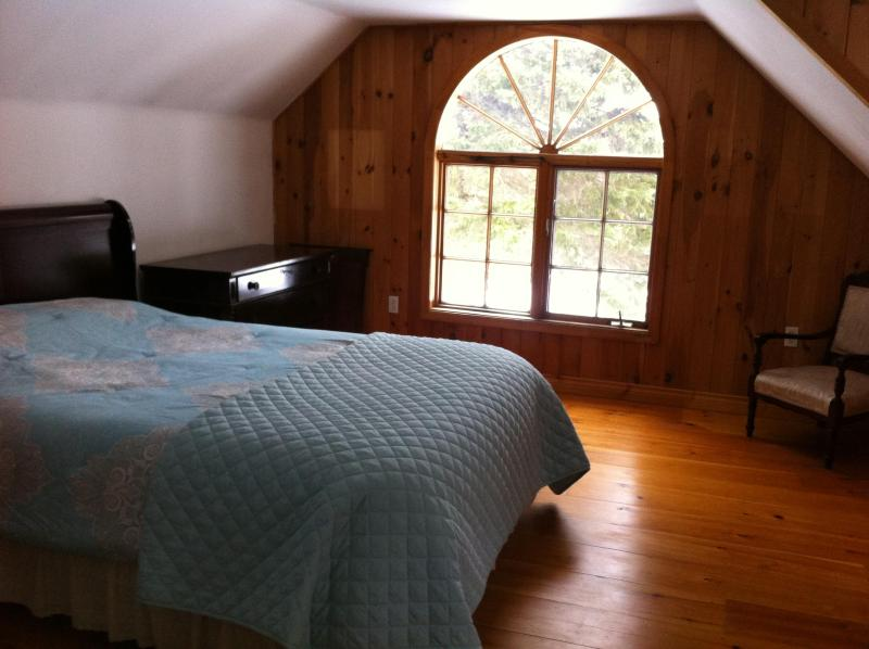 Upstairs bedroom with queen sleigh bed.