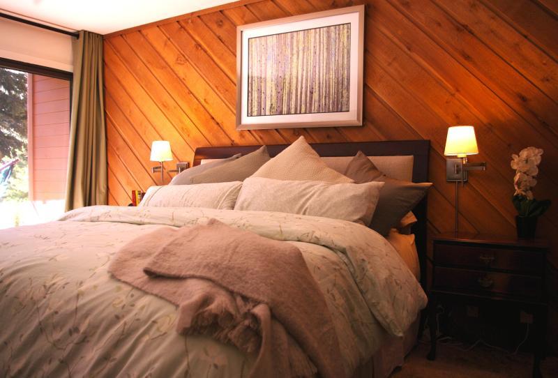 Comme tous nos lits, le roi a une literie 100 % coton de qualité et un moelleux en duvet.
