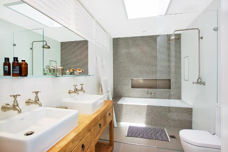 Upstairs bathoom with shower and bath (+rain sensor skylight)