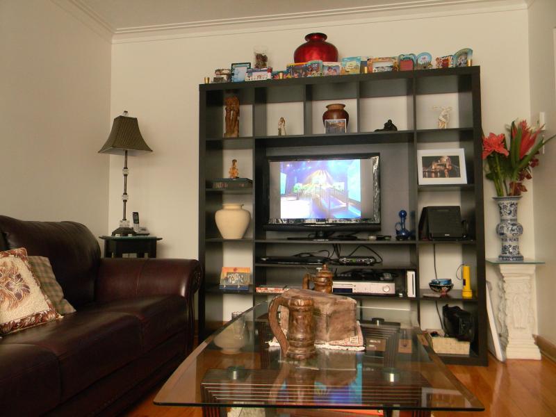 Sala de estar con el lado de TV con diferentes tipos de juegos disponibles