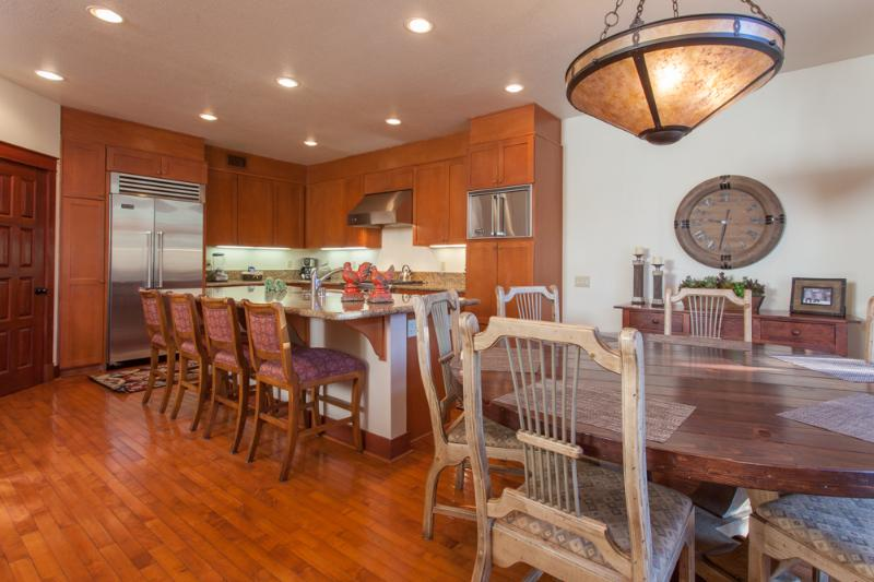 Kitchen/Dining Table/Bar stools