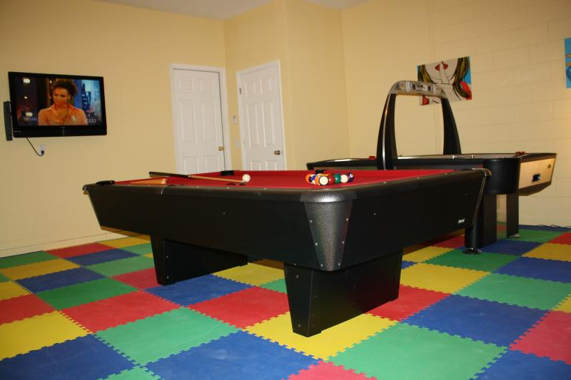 Gameroom with kid friendly soft floor, Pool Table and Air Hockey