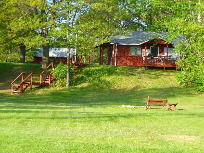 2 bedroom log cabin on Van Etten lake in Oscoda, location de vacances à Oscoda