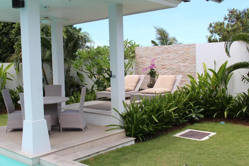 Sala et terrasse ensoleillée