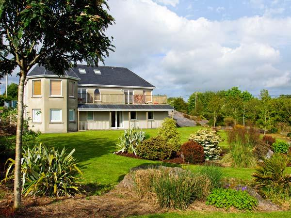 BLUEBELL HOUSE AND GARDENS, beautiful gardens, en-suite facilities, spacious, holiday rental in Durrus