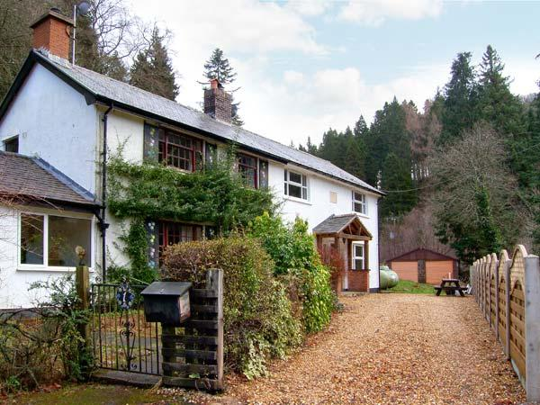 FORESTRY COTTAGE, riverside location with woodland views, woodburner, walks and, vacation rental in Bala