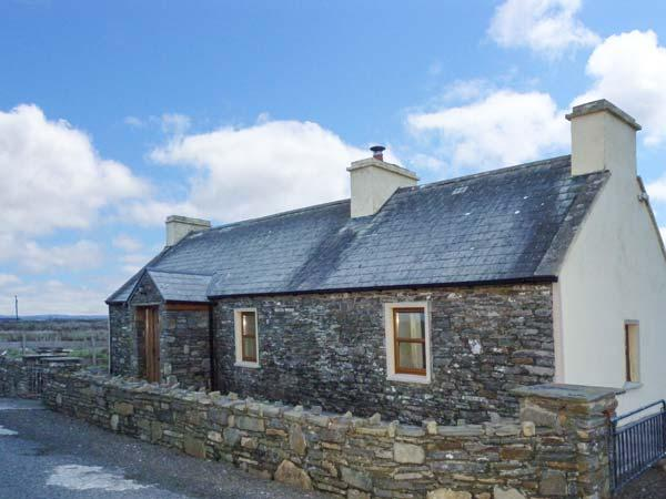CLOGHER COTTAGE, cosy cottage with woodburner, patio, close to beach, Doonbeg – semesterbostad i Spanish Point