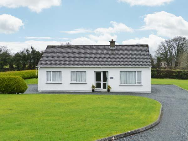 SEAFIELD, detached cottage with garden, two sitting rooms, close amenities and, holiday rental in Ramelton