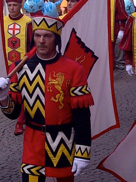 Porte-drapeau au défilé de la Fête-Dieu en juin