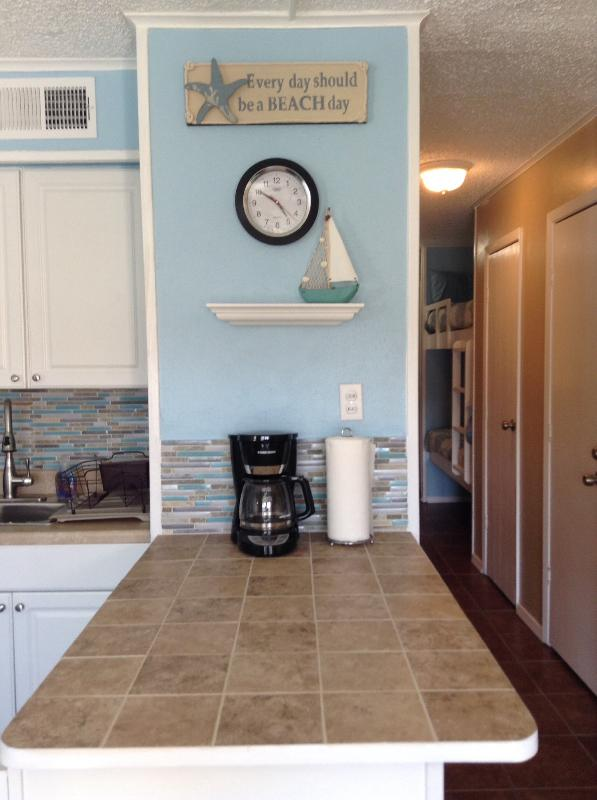 Kitchen counter, w 2 barstools