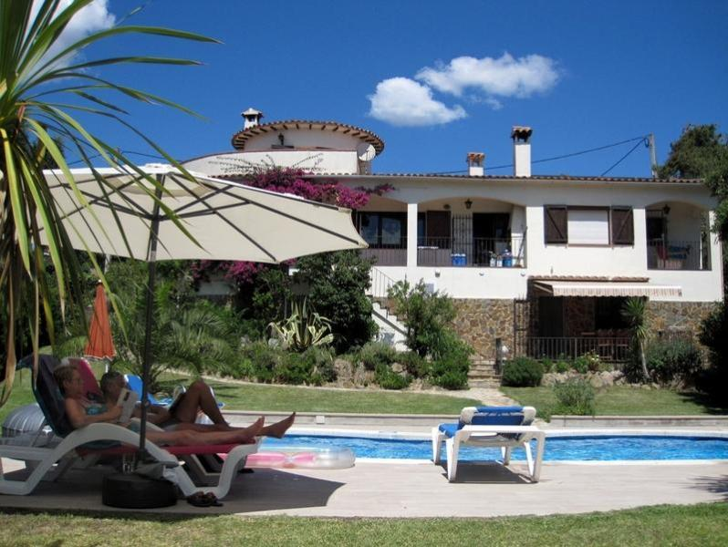 Superb villa , fantastic private garden (600m2) , heated pool, wifi ,near to beach and countryside, vacation rental in Calonge