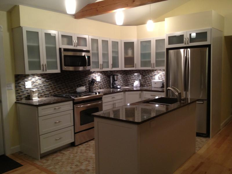 Fully equipped Kitchen with dishwasher, icemaker, granite countertops