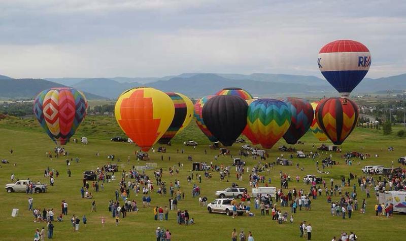 Festival de balão sobre o vale no verão