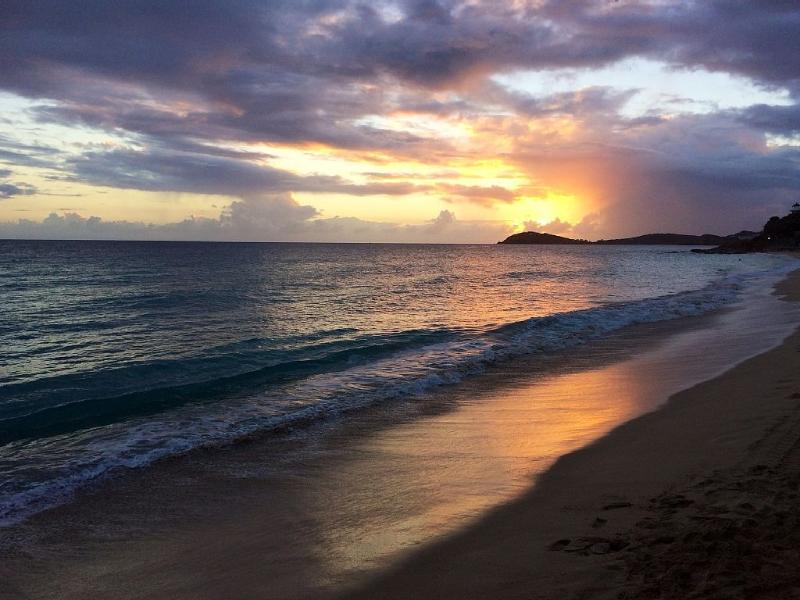 Atardecer en la playa de estrellas de mañana