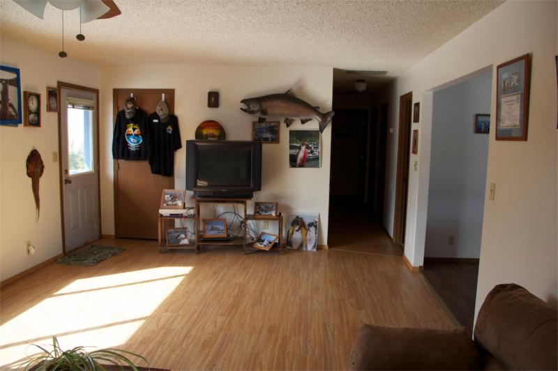 ampla sala de estar com 2 sofás, TV