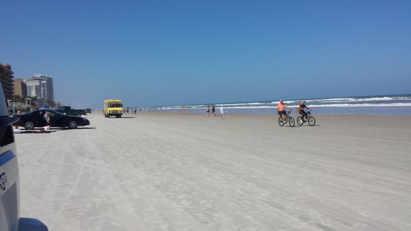 Rijden op strand in de straat.
