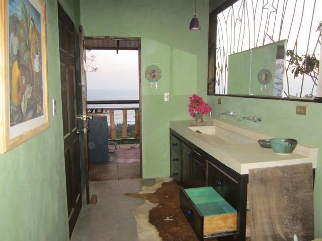 vistas del océano y de la piscina de baño, esmeralda paredes de yeso veneciano verde. ventanas del espejo.