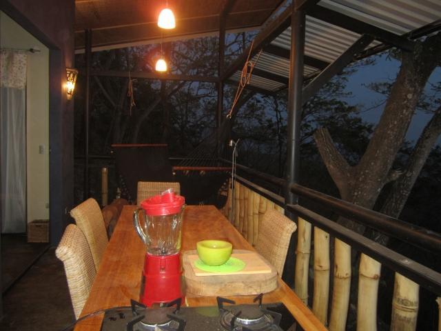 gran mesa con tapa de la estufa isla, vistas al mar desde todas las áreas de la casa.