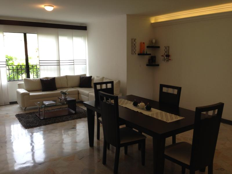 Salon + salle à manger L en forme de canapé simili cuir blanc
