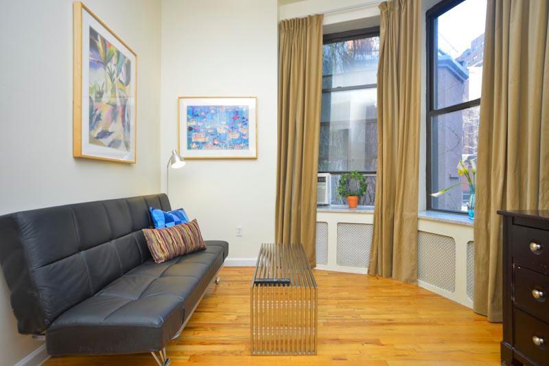 Vardagsrum med rostfritt stål soffbord och klassiska fönster draperier - nästan golv till tak