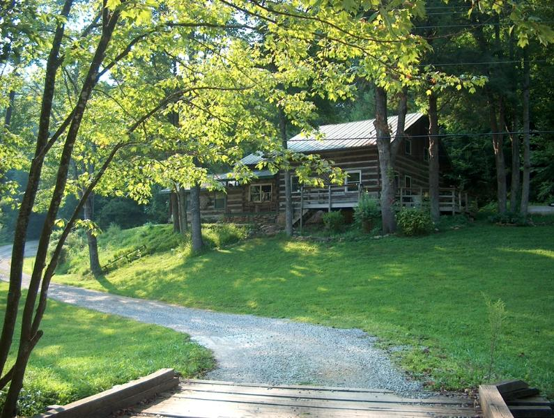 Viking Mountain Lodge - Log Cabin on Paint Creek, holiday rental in Hot Springs