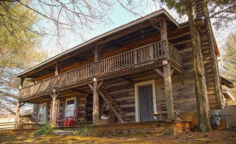 Sleep in a bit of history, 1860 log cabin, holiday rental in Rogersville