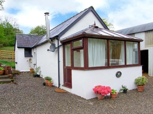 GWYNFRYN COTTAGE, woodburner, pet-friendly, open plan studio cottage near, holiday rental in Llanllawddog