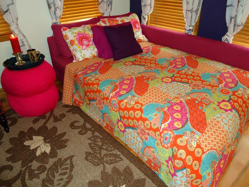 El sofá-cama tamaño queen en la sala gran
