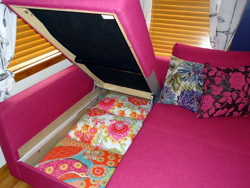 El sofá cama tiene un casillero limpio para la ropa de cama - nos encanta IKEA :)