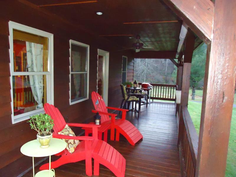 La cubierta es amplia & un maravilloso lugar para sentarse & relajarse
