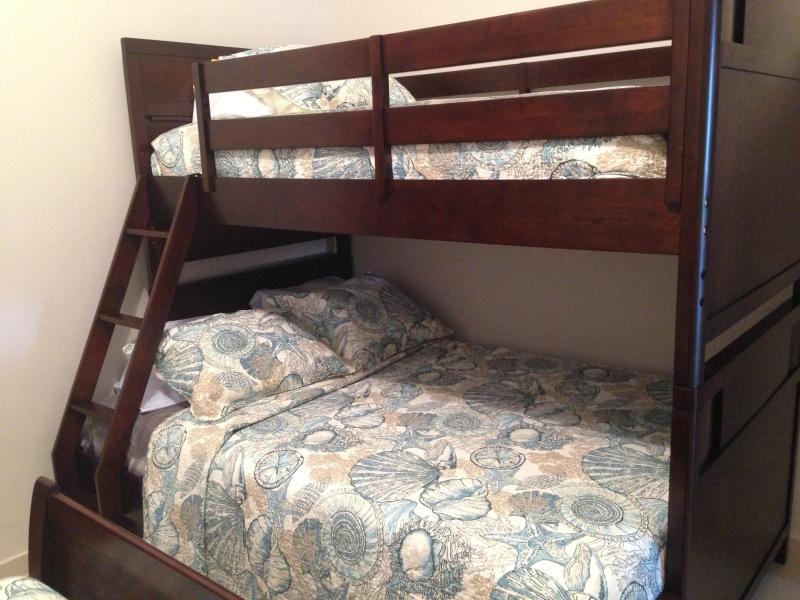 camera da letto 3 con due letti matrimoniali e una doppia