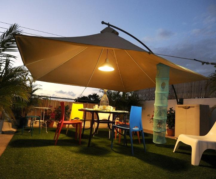 Elegante terraço com barbecue para refeições ao ar livre