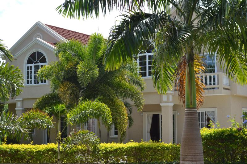 Come Chill at Runaway Bays Silver Lime Villa 4Bed/4.5Bath/Pool/5min to Beach, vacation rental in Runaway Bay