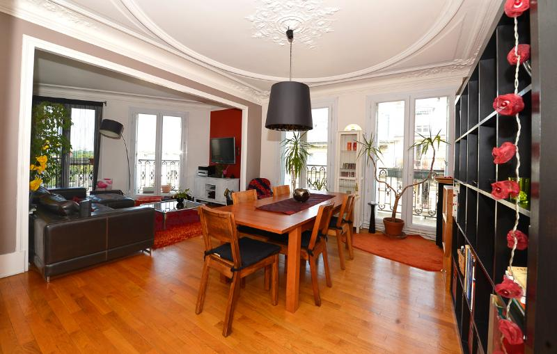 Charming flat near Paris - group, location de vacances à Hauts-de-Seine