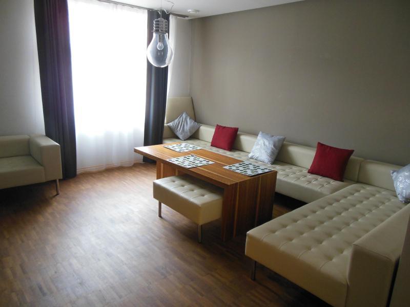 Salon avec grand canapé pouvant servir de lit d'appoint si vous venez avec des enfants