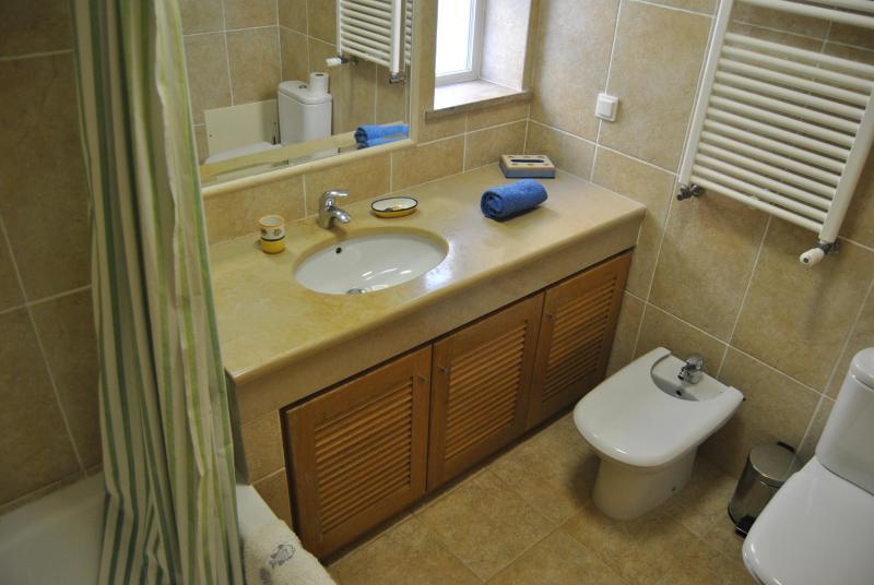 En-suite bath/shower, bidet and wc