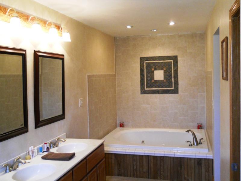 Amplio baño con jacuzzi de gran tamaño