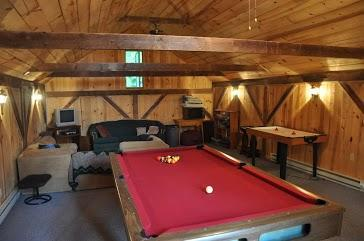 Sala de recreación con mesa de billar, dardos, juegos de video, etc..