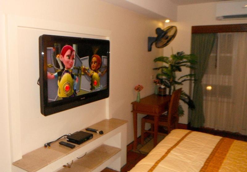 TV de pantalla plana en pequeño maestro