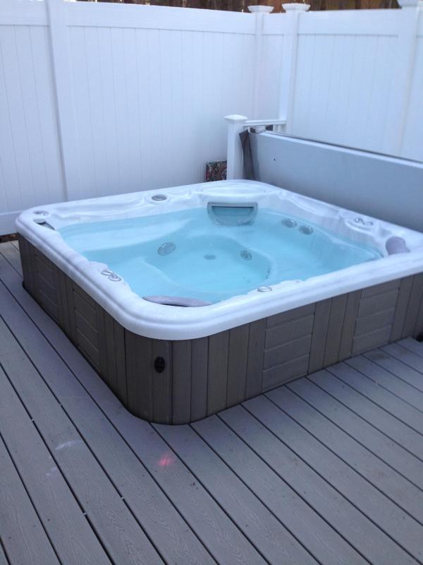 Hot Tub - has eay lift cover
