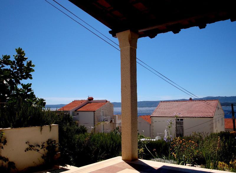 Garden apartment with stone terrace and sea view, alquiler de vacaciones en Bol