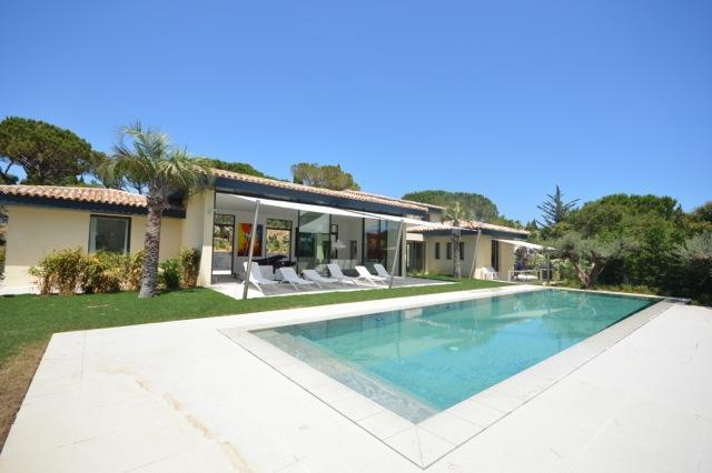 Voorste meningen villa + zwembad + terras