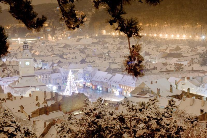 Winters aanblik van Piata Sfatului - het appartement bevindt zich vlak achter de kerstboom
