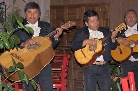 Mariachis in the Jardín.