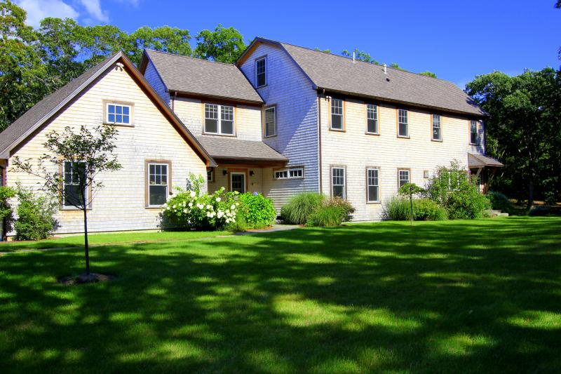CLARA - Gorgeous Makonikey Home,  Private Yard and Outdoor Spaces, Short Drive t, alquiler de vacaciones en Martha's Vineyard