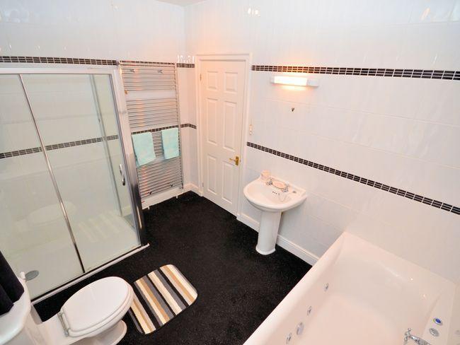 En-suite bathroom with spa bath