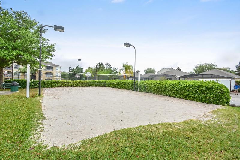 Volley-ball en sable éclairée.  Matériel disponible pour emprunt au Club de sport.