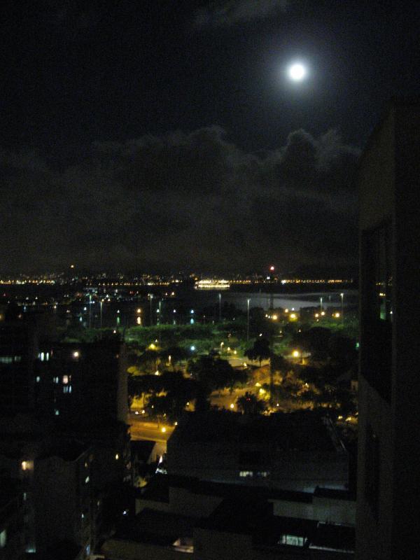 S'endormir avec ce point de vue de la lune sur la plage de Flamengo